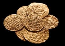 Ansient guld- islamiska mynt som isoleras på svart royaltyfri foto