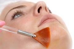 Ansikts- applicera för skalningsmaskering Arkivbild