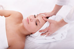 ansikts- barn för massagebrunnsortkvinna Royaltyfri Fotografi
