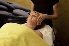 Ansikts- behandling på ung kvinna vänder mot royaltyfri foto