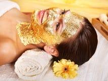 ansikts- fående maskeringskvinna Royaltyfri Foto