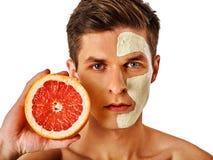 Ansikts- manmaskering från frukter och lera Applicerad framsidagyttja royaltyfri fotografi