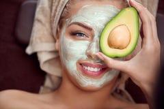 Ansikts- maskering för avokado Arkivbild