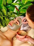 Ansikts- maskering för gyttja av kvinnan i brunnsortsalong Framsidatillvägagångssätt Royaltyfri Fotografi