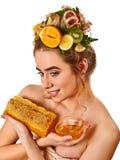 Ansikts- maskering för honung med nya frukter och honungskakor för hår Arkivfoto