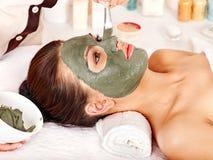 Ansikts- maskering för lera i skönhetbrunnsort. Royaltyfri Bild