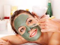 Ansikts- maskering för lera i skönhetbrunnsort. royaltyfria bilder