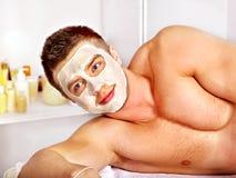Ansikts- maskering för lera i skönhetbrunnsort. Arkivbild