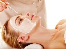 Ansikts- maskering för lera i skönhetbrunnsort. Royaltyfri Fotografi