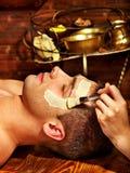 Ansikts- maskering för lera i skönhetbrunnsort Arkivbild