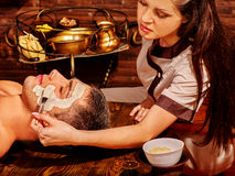 Ansikts- maskering för lera i skönhetbrunnsort Royaltyfria Bilder