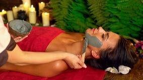 Ansikts- maskering för massage och för gyttja i brunnsortsalong 4K lager videofilmer