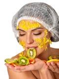 Ansikts- maskering från frukter för kvinna Flicka i medicinsk hatt Royaltyfri Fotografi
