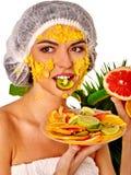 Ansikts- maskering från frukter för kvinna Flicka i medicinsk hatt Royaltyfria Foton