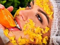 Ansikts- maskering från frukter för kvinna Flicka i medicinsk hatt Royaltyfria Bilder