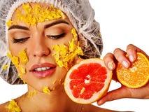Ansikts- maskering från frukter för kvinna Flicka i medicinsk hatt Arkivfoto