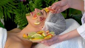 Ansikts- maskering från frukter för kvinna Omsorg för fruktframsidahud arkivfilmer