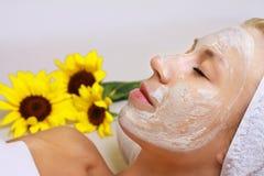 Ansikts- maskering för ung härlig flickahälerilera i brunnsortskönhetsalong Hudomsorg, skönhetbehandlingar Hösthudomsorg Arkivfoto