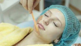 ansikts- maskeringskvinna stock video