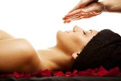 ansikts- massage för energi Arkivbild