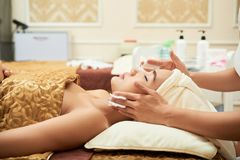 Ansikts- massage för häleri arkivbilder