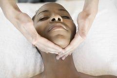 Ansikts- massage för kvinnahäleri på Spa royaltyfri bild