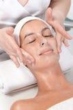 Ansikts- massage på kosmetologen Arkivbild