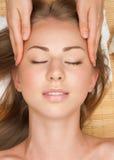 ansikts- massage som mottar kvinnan Arkivfoto