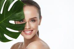 Ansikts- skönhet Härlig kvinna med ny sund hud royaltyfri foto