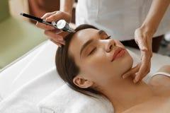 Ansikts- skönhetbehandling Kvinna som får syrehudskalning arkivbilder
