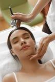 Ansikts- skönhetbehandling Kvinna som får syrehudskalning Royaltyfria Foton