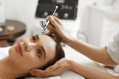 Ansikts- skincare Behandling för skönhet för skalning för kvinnahälerisyre royaltyfria bilder