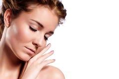 ansiktsbehandling isolerad massage royaltyfria foton