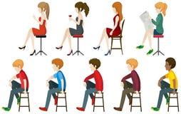 Ansiktslöst folk som sitter på en stall Fotografering för Bildbyråer