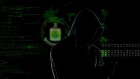 Ansiktsl?s oigenk?nnlig med huva en hacker som anv?nder smartphonen f?r att stj?la data, cybercrime fotografering för bildbyråer