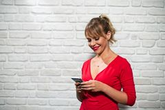 Ansiktsuttryck av den unga blonda kvinnan på tegelstenväggen Arkivfoton