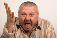 Ansiktsuttryck av ilsket skrika för man Arkivbild