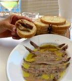 Ansjovis i olivolja som tjänas som med bröd Arkivbild
