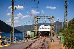 Anslöt den järnväg färjan för MF Storegut på den Mael Rjukan-Notodden UNESCO royaltyfria bilder