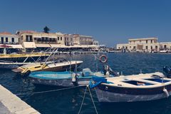 Anslöt fartyg i hamnen av Agios Nikolaos, Kreta Grekland arkivfoto