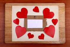 Anslagstavla med hjärtaformer Arkivbild