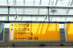 Anslagstavla med information på den Schiphol flygplatsen, Holland royaltyfri fotografi