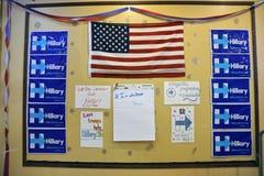Anslagstavla på en Hillary Clinton Election Office, hög skogsmark Royaltyfria Foton