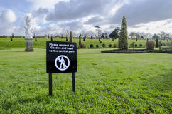 Anslagstavla på gräsmattan Royaltyfria Bilder