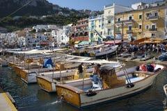 Anslöt fartyg i Marina Grande Harbor i staden av Capri, en italiensk ö av den Sorrentine halvön på den södra sidan av Royaltyfri Fotografi