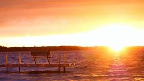Ansluta med bänken på sjön på solnedgången i Bemidji, Minnesota stock video