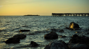 Skeppsdocka nära en stenig strand Arkivfoto