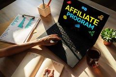 Ansluta programmet som marknadsför och annonserar affärsidé på skärmen arkivfoton