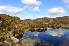Ansluta tarn nära Watendlath, Lakeområdet, Cumbria. Arkivbilder