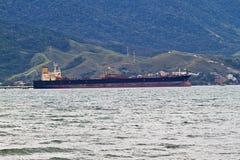 Anslutat lastfartyg royaltyfri bild